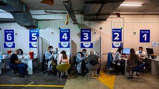 إسرائيليون يتلقون لقاح كوفيدـ19 فايزرـ بايونتيك قرب تل أبيب. 2021/02/04
