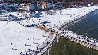 حشودًا من السياح على شاطئ سوبوت المتجمد في بولندا.