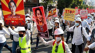 Myanmar'da halk, cunta tarafından gözaltına alınan Aung San Suu Kyi'nin serbest bırakılması için protesto gösterileri düzenliyor