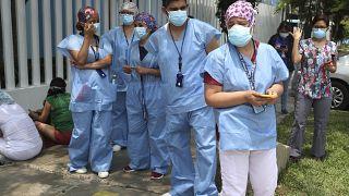 فريق طبي يقف أمام مستشفى ريغابلياتي العمومي في عاصمة البيرو ليما. 2021/02/10