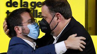 El candidato de ERC, Pere Aragonès, y el político Oriol Junqueras durante la noche electoral