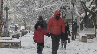 تساقط الثلوج في أثينا وعاصفة من البرد تضرب اليونان