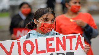 نساء يتظاهرن ضد العنف المنزلي
