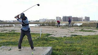 الليبيون عشاق لعبة الغولف يخوضون الموسم في بنغازي