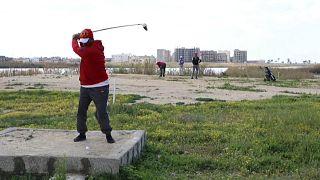 Ein Golfer beim Abschlag in Bengasi
