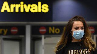 المبنى رقم 1 بمطار مانشستر في شمال إنكلترا- قررت المملكة المتحدة فرض حجر صحي لمدة 14 يوماً على الوافدين لتجنّب استقدام النسخ المتحوّرة من فيروس كورونا
