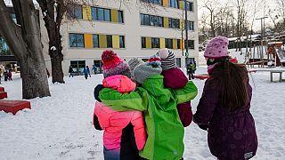 Kinder auf dem Pausenhof einer Grundschule in Dresden