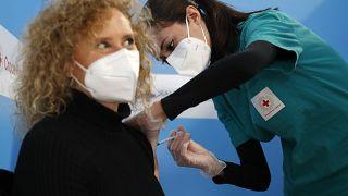 """المفوضية الأوروبية تتّجه نحو اعتماد """"إصدار الشهادات اللقاحية"""" لإنقاذ موسم السياحة خلال الصيف"""