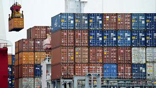 سفينة شحن محملة بالبضائع الصينية، في ميناء تيانجين في الصين.