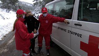 Μεταφορά ηλικιωμένης σε εμβολιαστικό κέντρο από τον Ερυθρό Σταυρό