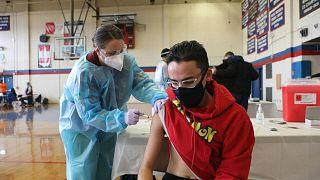 مدينة أميركية تعطي اللقاح لكل شخص فوق سن 18 عاما