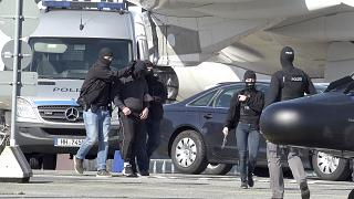 عناصر الشرطة الألمانية تعتقل مشتبها بتنظيم الدولة الإسلامية في مطار هامبورغ بألمانيا.