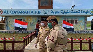 جنود عراقيون بعد مراسم استلام مطار القيارة لقوات الأمن العراقية في جنوب الموصل، العراق.