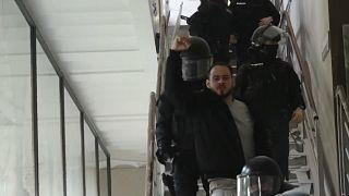El rapero Pablo Hasel levanta el puño mientras la Policía le saca de la Universidad de Lleida