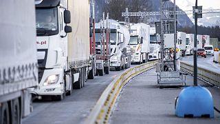 Embouteillage de poids lourds à la frontière entre l'Allemagne et l'Autriche, à Kiefersfelden en Bavière, le 15 février 2021