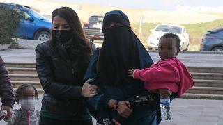 Suriye'den Türkiye'ye yasa dışı yollarla girmeye çalışırken yakalanan ve mavi bültenle aranan Yeni Zelanda uyruklu IŞİD mensubu kadın, Hatay Adliyesi'ne getirildi