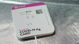 Laboratuvarlarda yaşanan Covid-19 testi yoğunluğu nedeniyle BinaxNOW hızlı test kitlerinin salgınının yayılmasını önlemede etkin olacağı düşünülüyordu