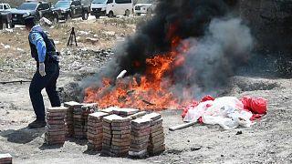 شرطة هندوراس تحرق 1.5 طن من الكوكايين المضبوطة من الكارتلات