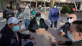 متقاعدون يلعبون لعبة الورق في ساحة بمدريد بإسبانيا.