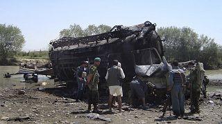 Afghanische Polizisten betrachten einen von zwei verbrannten Tankwagen, in der Nähe von Kunduz, Afghanistan, 04.09.2009