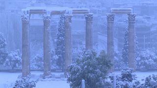 """شاهد: عاصفة ثلجية تواري تحت ردائها """"جماليات"""" و""""آثار"""" العاصمة اليونانية"""