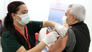 Covid-19 aşısı olanlar için aile ziyaretleri ve kapalı alanda toplanmak güvenli mi?