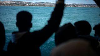 Los migrantes rescatados por la ONG Open Arms desembarcan en Sicilia dando negativo por COVID