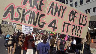 صورة من الأرشيف تعود ليوم 2011/08/20 تمثل مسيرة احتجاجية في كيب تاون ضد الفكرة القائلة بأن مظهر المرأة يمكن أن يبرر الهجمات.
