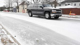 Coche circulando en Texas después de la nevada