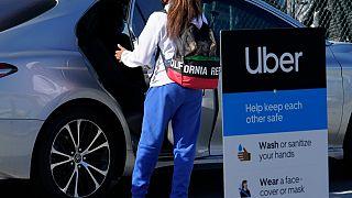 Una ragazza prende un Uber in una foto d'archivio