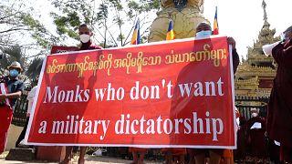 شاهد: رهبان ثورة الزعفران يشاركون في مسيرة احتجاجية أمام مكتب الأمم المتحدة في ميانمار