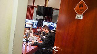 Periodistas húngaros trabajan en la emisora de radio húngara 'Klubradio' en Budapest, el 9 de febrero