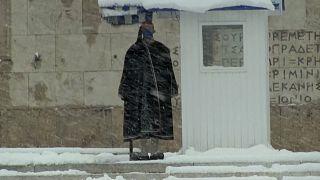 شاهد: الثلوج تتساقط بكثافة وتُغطي وسط العاصمة اليونانية أثينا