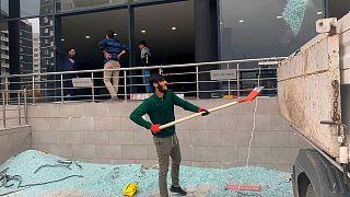 کارگران در حال پاکسازی فرودگاه اربیل