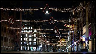 شارع دمرك،  في قلب أمستردام ،  أثناء بدء حظر التجول السبت 23 يناير 2021.