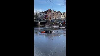 متزلجون يسقطون في نهر بعد انكسار الجليد - هولندا