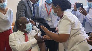 Cyril Ramaphosa lance la campagne de vaccination contre la Covid-19