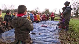 I bambini di una classe di Clavé (Francia) fanno lezione all'aperto