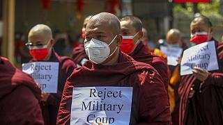A buddhista szerzetesek nem kérnek a katonai juntából