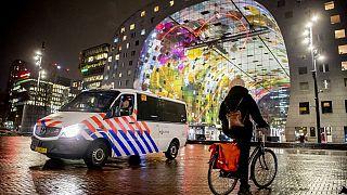 Polícia holandesa patrulha as ruas durante o recolher obrigatório