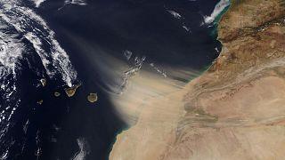 Esta fotografía de la NASA muestra como un tormenta de calima procedente de Marruecos se acerca a las Islas Canarias.