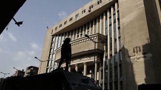 ضابط شرطة مصري يحرس مقر محكمة في القاهرة. 2017/11/08