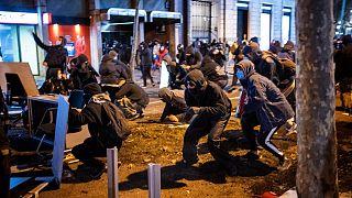صدامات بين متظاهرين وعناصر الشرطة الإسبانية التي اعتقلت مغني الراب بابلو هاسل في برشلونة. 2021/02/16