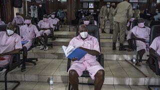 Ruanda'daki terör davasında Paul Rusesabagina (ortada), 20 sanıkla birlikte hakim karşısına çıktı