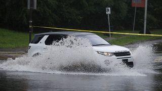 سائق يقود سيارته عند مفترق خلال عاصفة اسياس. 2020/08/04
