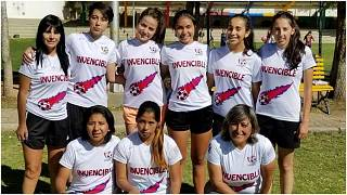 """فريق كرة القدم  للإناث بمدرسة """"لاس سوبر بوديروساس"""" في بوليفيا"""