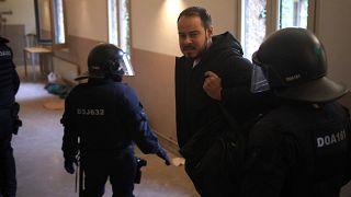 Pablo Hasél è trattenuto dagli agenti di polizia all'Università di Lleida, Spagna, martedì 16 febbraio 2021.