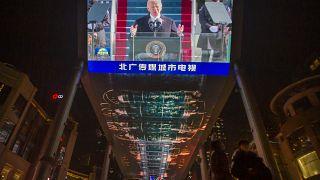 جو بايدن يظهر على شاشة في إحدى مراكز بيكين التجارية. 2021/01/21
