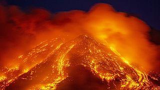 Lavaströme in der Nacht aus  3323 Metern: Der Ätna spuckt und faucht