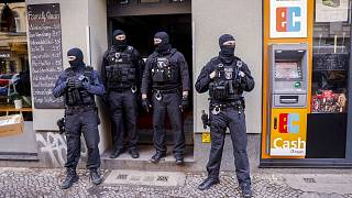 Policiers déployés, le 18 février 2021, dans le quartier berlinois de Neukölln, lors d'une opération ciblant le crime organisé dans la capitale allemande